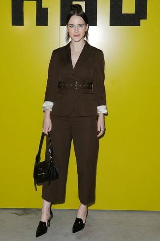Comment porter: blazer marron foncé, pantalon large marron foncé, mules en cuir noires, sac à main en cuir noir
