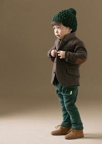 Comment porter: blazer marron foncé, pantalon vert foncé, bottines chukka en daim marron clair, bonnet vert foncé