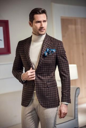 Comment porter: blazer en laine en vichy marron foncé, pull à col roulé blanc, pantalon de costume en laine beige, pochette de costume imprimée bleue