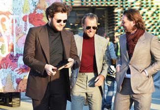 Un pull à col roulé à porter avec un blazer marron foncé: Porte un blazer marron foncé et un pull à col roulé pour créer un look chic et décontracté.