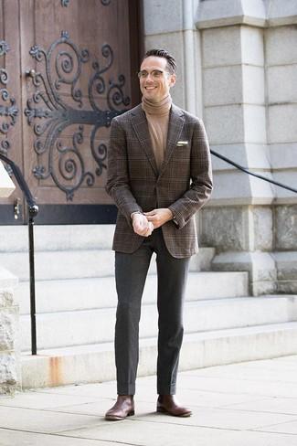 Comment porter: blazer écossais marron foncé, pull à col roulé marron clair, pantalon de costume en laine gris foncé, bottines chelsea en cuir marron foncé