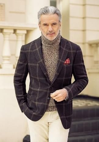 Comment porter: blazer en laine à carreaux marron foncé, pull à col roulé en tricot marron, pantalon chino beige, pochette de costume imprimée rouge