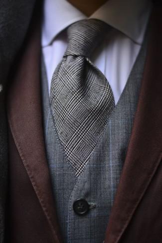 Comment porter: blazer marron, gilet à carreaux gris, chemise de ville blanche, cravate écossaise grise