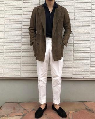 Tendances mode hommes: Marie un polo bleu marine avec un pantalon de costume blanc pour prendre un verre après le travail. Termine ce look avec une paire de mocassins à pampilles en velours noirs pour afficher ton expertise vestimentaire.