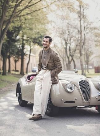 Comment porter un blazer: Essaie d'harmoniser un blazer avec un pantalon chino blanc pour créer un look chic et décontracté. Une paire de des bottines chukka en daim marron est une option astucieux pour complèter cette tenue.