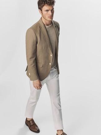Un blazer à porter avec un pull à col rond beige: Marie un blazer avec un pull à col rond beige pour prendre un verre après le travail. Une paire de des double monks en cuir marron foncé ajoutera de l'élégance à un look simple.