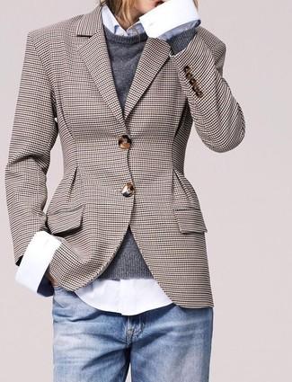 90b23faa81 Comment porter: blazer à carreaux marron, pull à col rond gris foncé,  chemise