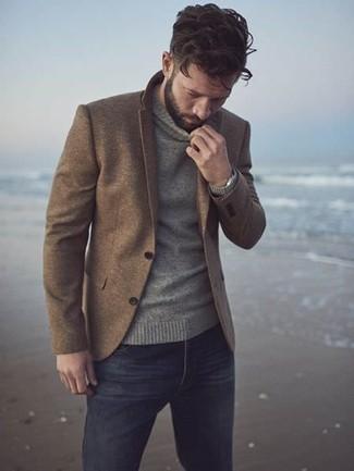 Comment porter: blazer en laine marron, pull à col roulé gris, jean noir, montre argentée