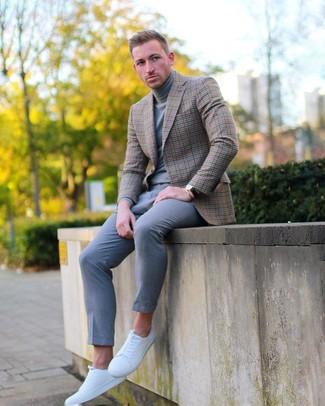 Comment porter: blazer à carreaux marron, pull à col roulé gris, pantalon chino gris, baskets basses en cuir blanches