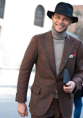 Comment porter: blazer en laine à carreaux marron, pull à col roulé gris, pantalon de costume en laine à carreaux marron, chapeau en laine noir