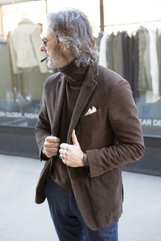 Comment porter: blazer marron, pull à col roulé marron, jean bleu marine, pochette de costume beige