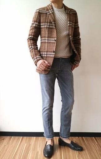 Comment porter un pull torsadé beige: Pense à harmoniser un pull torsadé beige avec un jean gris pour une tenue idéale le week-end. D'une humeur audacieuse? Complète ta tenue avec une paire de des slippers en cuir tressés noirs.