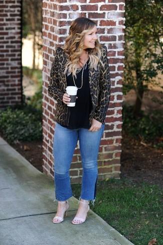 Comment porter: blazer imprimé léopard marron, t-shirt à col rond noir, jean bleu, sandales à talons en cuir beiges