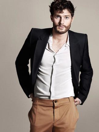 Tenue de Jamie Dornan: Blazer noir, Chemise à manches longues blanche, Pantalon de costume tabac