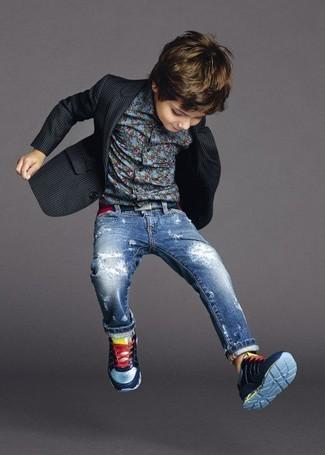 Comment porter: blazer noir, chemise à manches longues bleue, jean bleu, baskets bleu marine