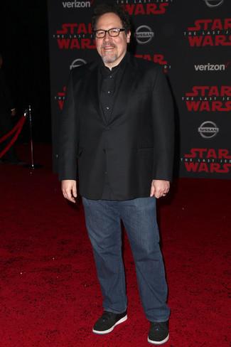 Comment porter: blazer noir, chemise à manches longues noire, jean bleu marine, baskets basses noires