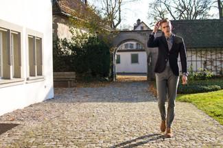 Comment porter: blazer noir, chemise à manches longues violette, pantalon chino gris, bottines chukka marron