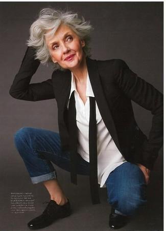 Comment porter: blazer noir, chemise de ville blanche, jean bleu marine, chaussures richelieu en cuir noires