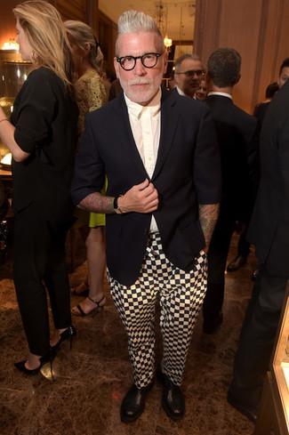 Tenue de Nick Wooster: Blazer noir, Chemise de ville blanche, Pantalon chino à carreaux blanc et noir, Bottines chelsea en cuir noires