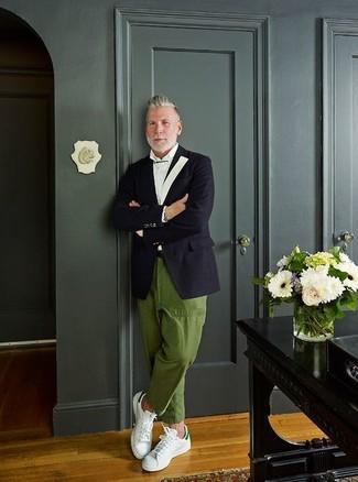 Comment porter: blazer noir, chemise de ville blanche, pantalon chino olive, baskets basses en cuir blanches