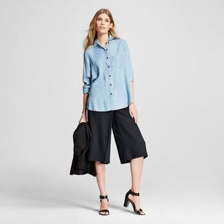 Comment porter: blazer noir, chemise de ville en chambray bleu clair, jupe-culotte noire, sandales à talons en cuir noires