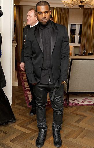 Tenue de Kanye West: Blazer en soie noir, Chemise de ville noire, Jean en cuir noir, Baskets montantes en cuir noires
