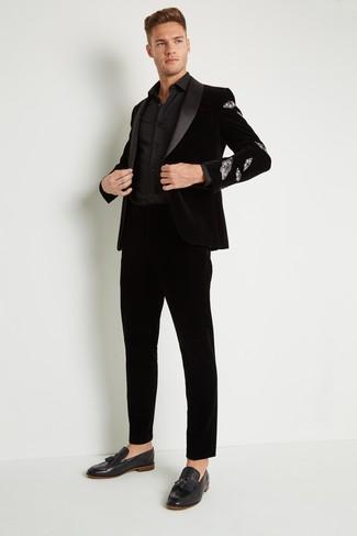 Comment porter: blazer en velours noir, chemise de ville noire, pantalon de costume en velours noir, mocassins à pampilles en velours noirs