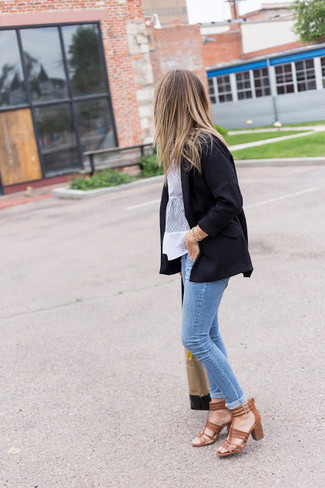 Comment porter: blazer noir, chemisier à manches courtes en dentelle blanc, jean skinny bleu clair, sandales à talons en cuir marron