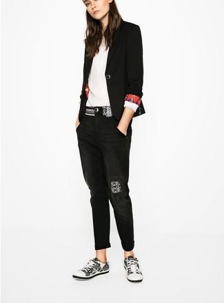Comment porter: blazer noir, chemisier à manches longues blanc, jean boyfriend noir, baskets basses blanches et noires