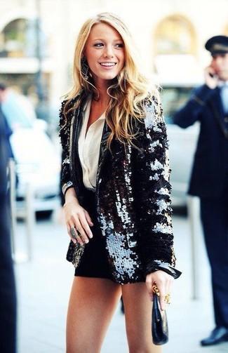 Choisis un blazer pailleté noir et un short noir pour achever un look chic.
