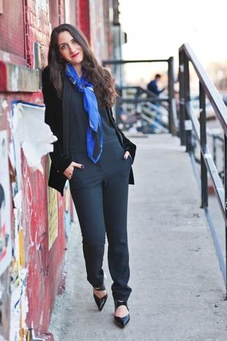 Tenue: Blazer en velours noir, Combinaison pantalon noire, Escarpins en cuir noirs, Écharpe imprimée bleue