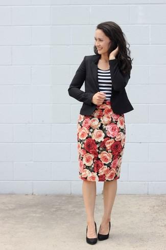 Tenue: Blazer noir, Débardeur à rayures horizontales blanc et noir, Jupe crayon à fleurs noire, Escarpins en daim noirs