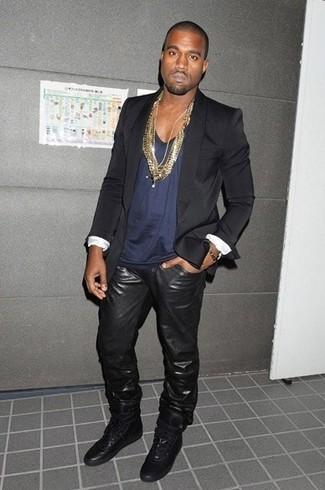 Tenue de Kanye West: Blazer noir, Débardeur bleu marine, Jean en cuir noir, Baskets montantes en cuir noires