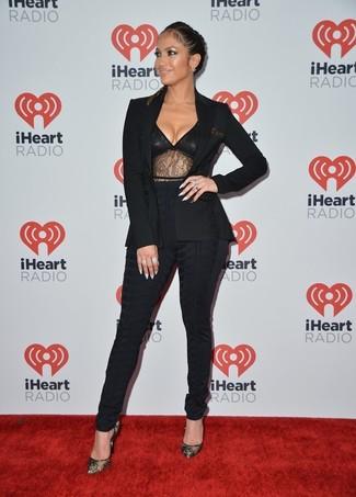 Tenue de Jennifer Lopez: Blazer noir, Débardeur en dentelle noir, Pantalon slim noir, Escarpins en dentelle noirs