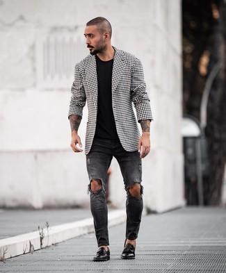 Comment porter: blazer en vichy noir et blanc, t-shirt à col rond noir, jean skinny déchiré noir, mocassins à pampilles en cuir noirs