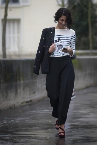 Comment porter: blazer imprimé noir et blanc, t-shirt à manche longue à rayures horizontales blanc et bleu, pantalon carotte noir, sandales à talons en daim bordeaux