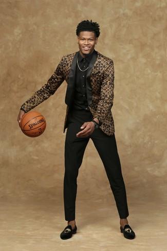 Comment porter: blazer noir et doré, chemise de ville noire, pantalon de costume noir, slippers en velours brodés noirs