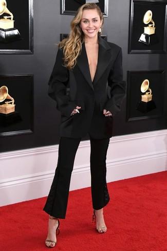 Comment porter: blazer noir, pantalon flare noir, sandales à talons en cuir noir et doré, boucles d'oreilles blanches