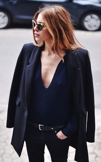Comment porter: blazer noir, pull à col en v bleu marine, jean skinny noir, ceinture en cuir noire