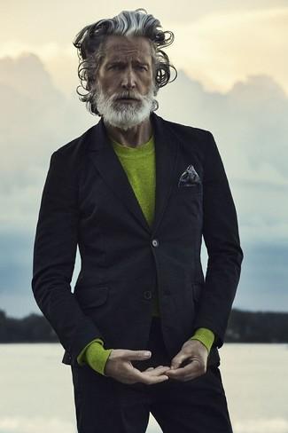 Comment porter: blazer noir, pull à col rond chartreuse, pantalon chino noir, pochette de costume imprimée gris foncé