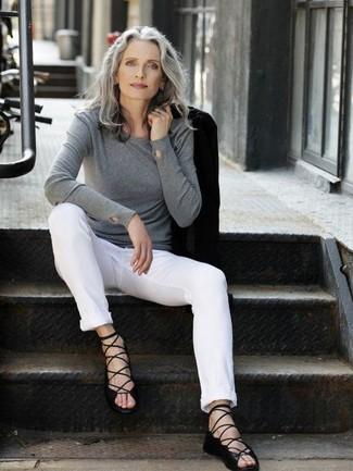Comment porter: blazer noir, pull à col rond gris, pantalon chino blanc, sandales spartiates en cuir noires