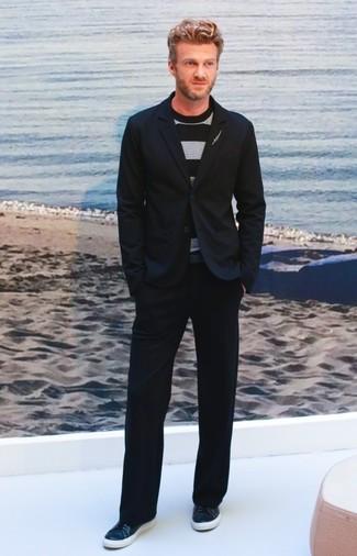 Comment porter: blazer noir, pull à col rond à rayures horizontales noir, pantalon chino noir, baskets basses en cuir bleu marine