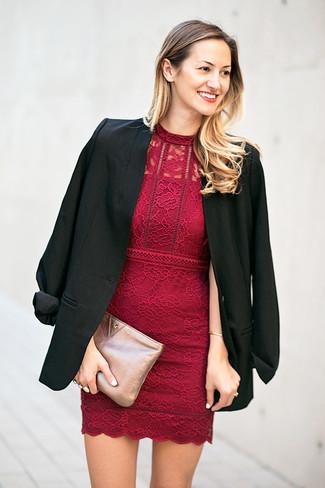 Comment porter: blazer noir, robe moulante en dentelle bordeaux, pochette en cuir argentée
