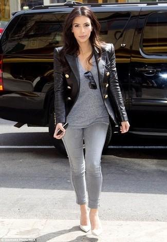 Tenue de Kim Kardashian: Blazer en cuir noir, T-shirt à col en v gris, Jean skinny gris, Escarpins en cuir blancs
