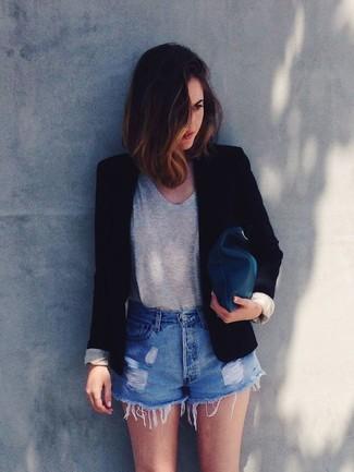 Ce combo d'un blazer noir et d'une pochette en cuir olive attirera l'attention pour toutes les bonnes raisons.