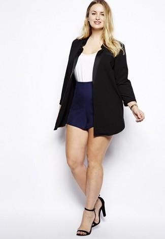 Comment porter: blazer noir, t-shirt à col rond blanc, short bleu marine, sandales à talons en daim noires