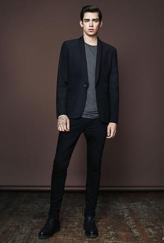Comment porter des monks en cuir noirs: Harmonise un blazer noir avec un pantalon chino noir pour aller au bureau. D'une humeur créatrice? Assortis ta tenue avec une paire de des monks en cuir noirs.