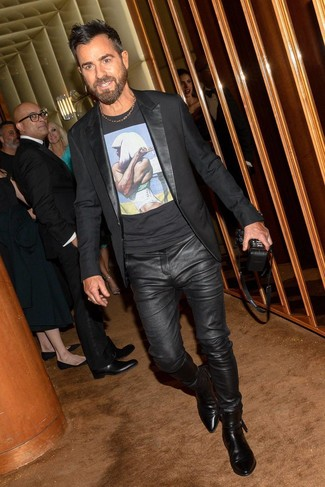 Comment porter: blazer noir, t-shirt à col rond imprimé noir, jean en cuir noir, bottines chelsea en cuir noires