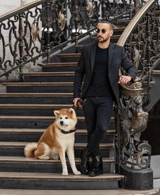 Comment porter: blazer noir, t-shirt à col rond noir, jean skinny noir, bottes de loisirs en cuir noires