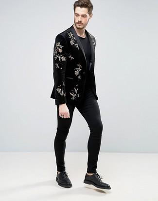 Comment porter: blazer en velours brodé noir, t-shirt à col rond noir, pantalon chino noir, chaussures derby en cuir noires